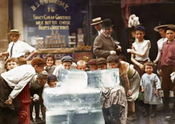 Дети облизывают лёд во время жары в Нью-Йорке