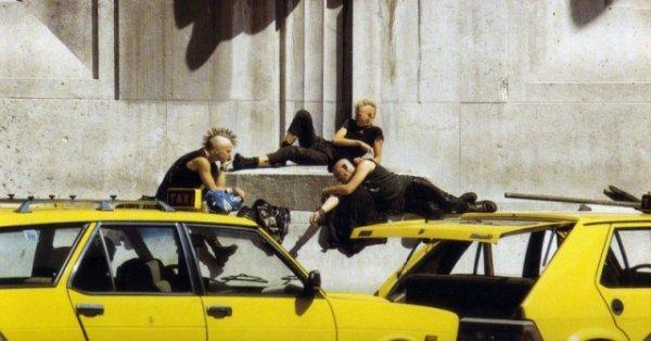 Панки и такси перед Центральным вокзалом Милана