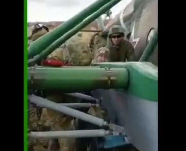 Толкают вертолет, пытаясь его завести