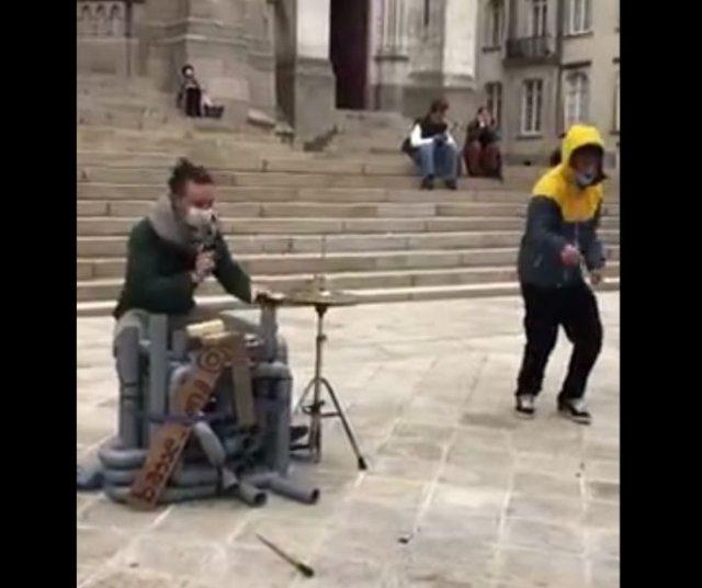 Сыграл классную мелодию на сантехнических трубах
