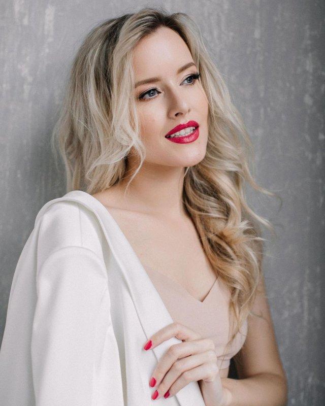 Мария Гончарук - жена ведущего Дмитрия Хрусталева в бежевом платье и белом пиджаке