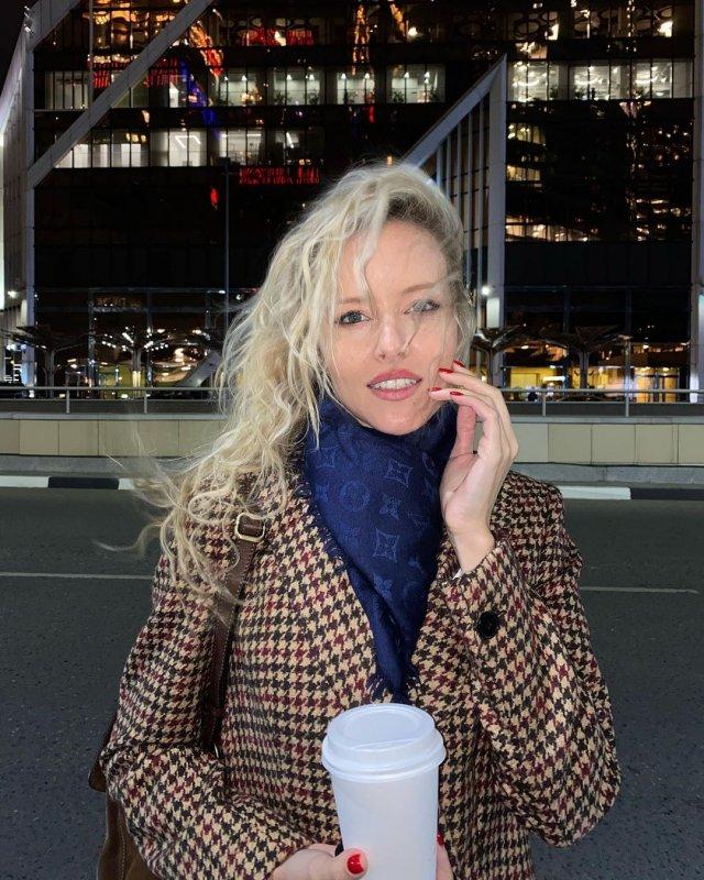 Мария Гончарук - жена ведущего Дмитрия Хрусталева в осенней одежде около Москва-Сити