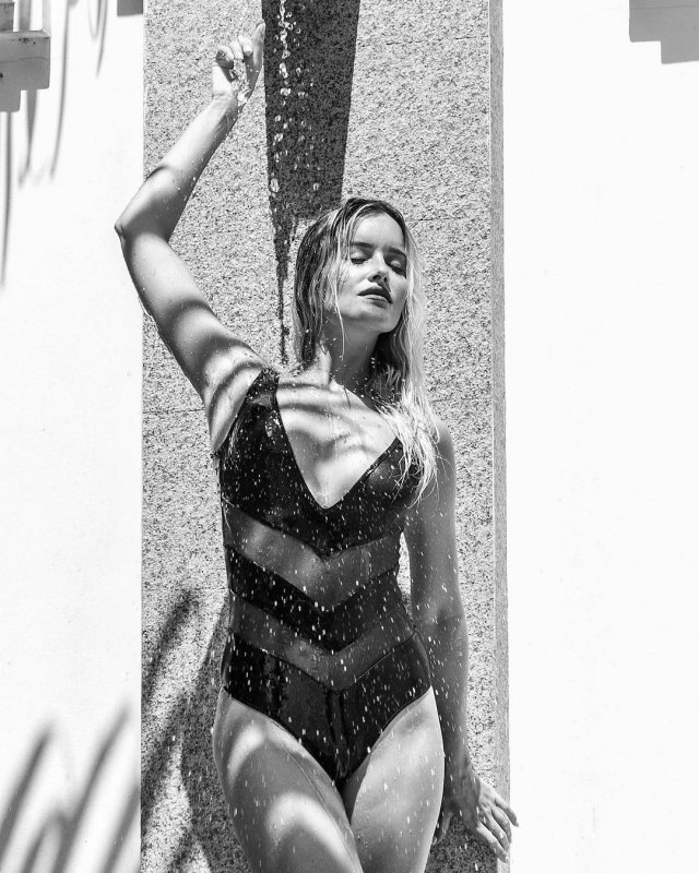 Мария Гончарук - жена ведущего Дмитрия Хрусталева в купальнике принимает душ