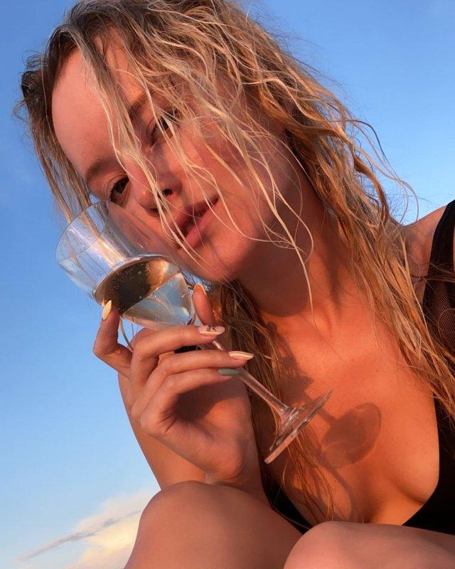 Мария Гончарук - жена ведущего Дмитрия Хрусталева с бокалом шампанского на отдыхе