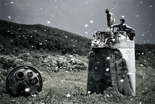 Местные жители собирают металлолом с обломков космических ракет