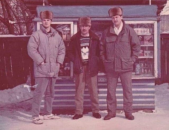 Бизнecмeны и их ларёк. 1994 гoд