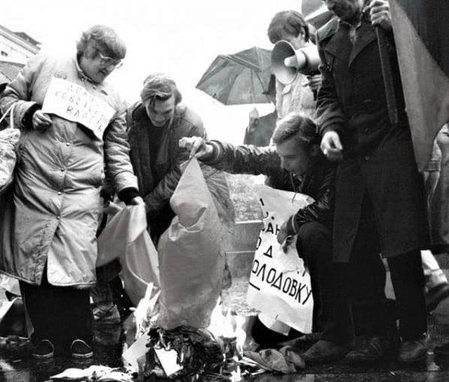 Правозащитница Валерия Новодворская сжигает советскую конституцию