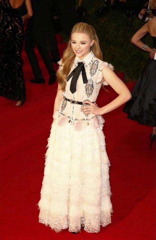 Хлоя Грейс Морец в белом платье