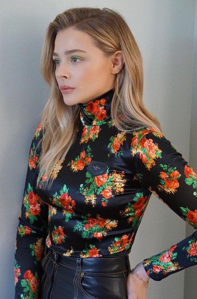 Хлоя Грейс Морец в цветной кофте