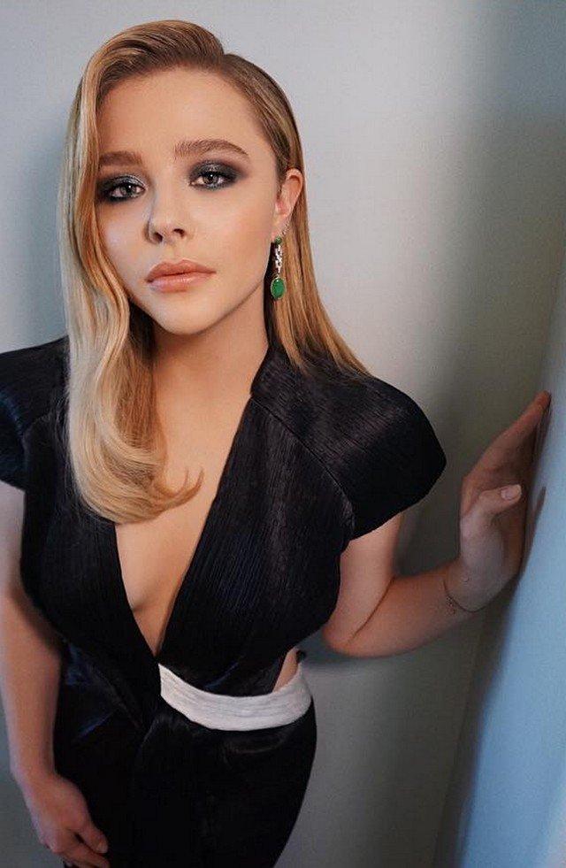 Хлоя Грейс Морец в черном платье