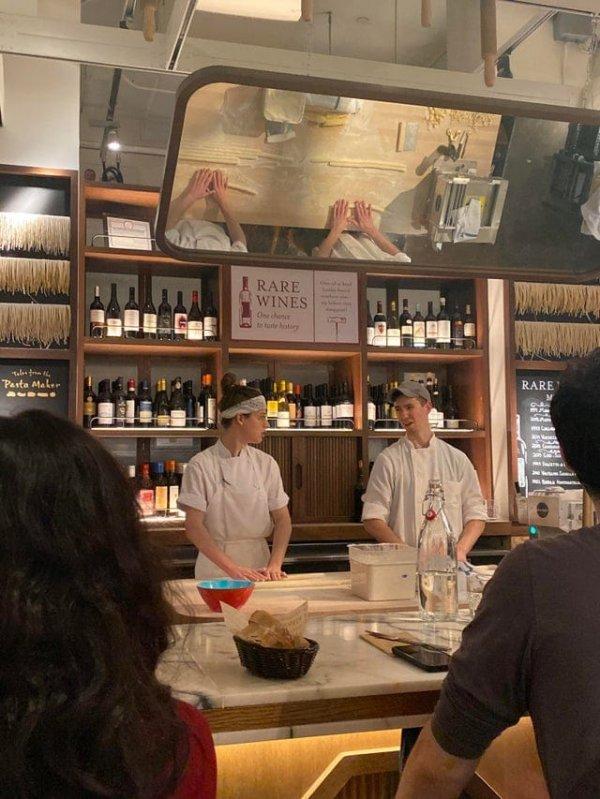 В ресторане над поварами закреплено зеркало