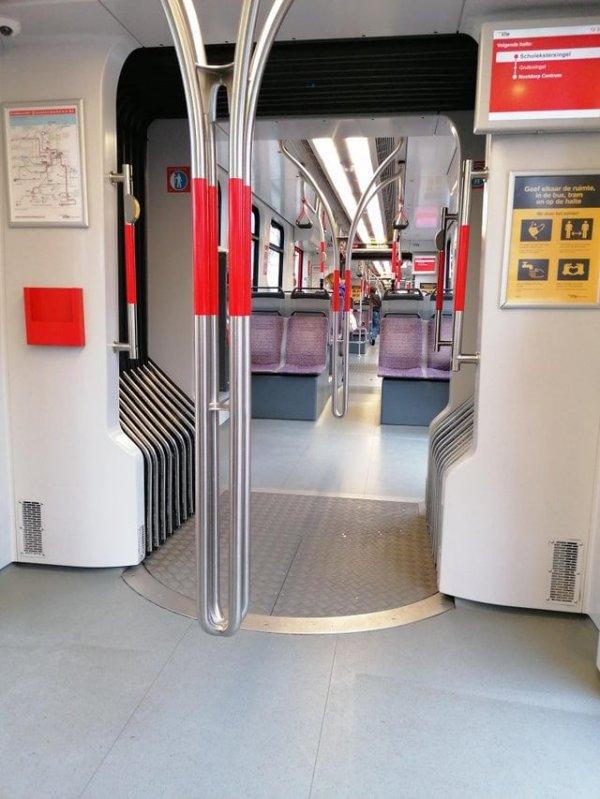 Поручни в метро не касаются пола, чтобы его было легче мыть