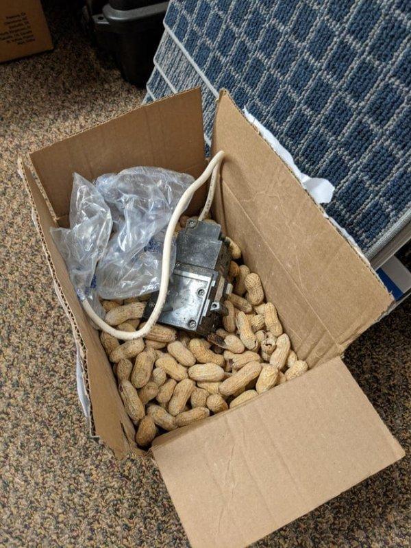 В качестве наполнителя для посылки используют арахис