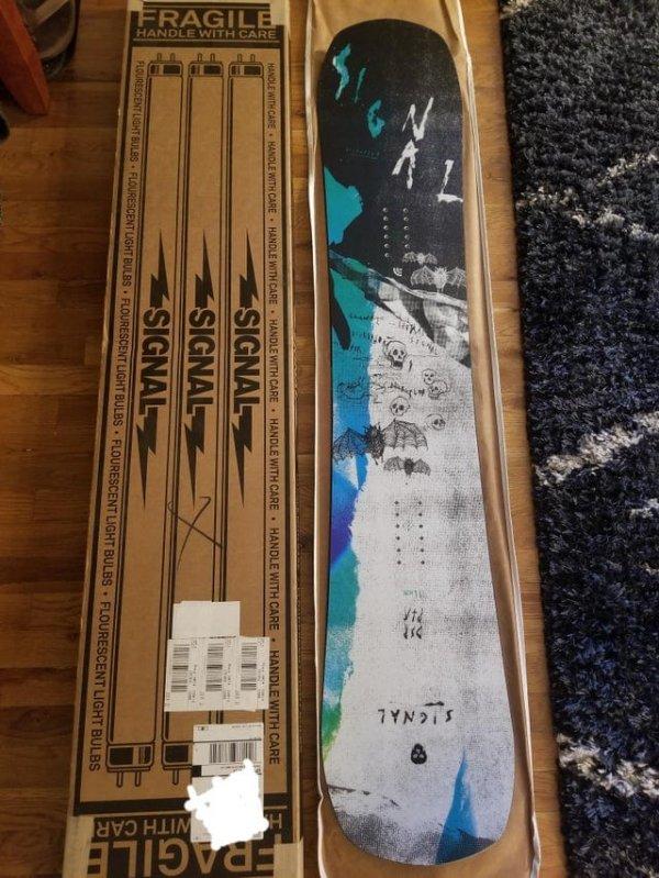 Сноуборд доставили в коробке с изображением ламп