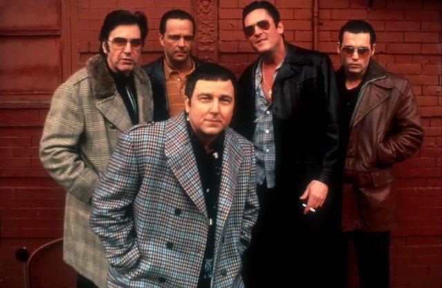 """Аль Пачино, Джеймс Руссо, Бруно Кёрби, Майкл Мэдсен и Джонни Депп на съёмках фильма """"Донни Браско"""", 1997 год."""