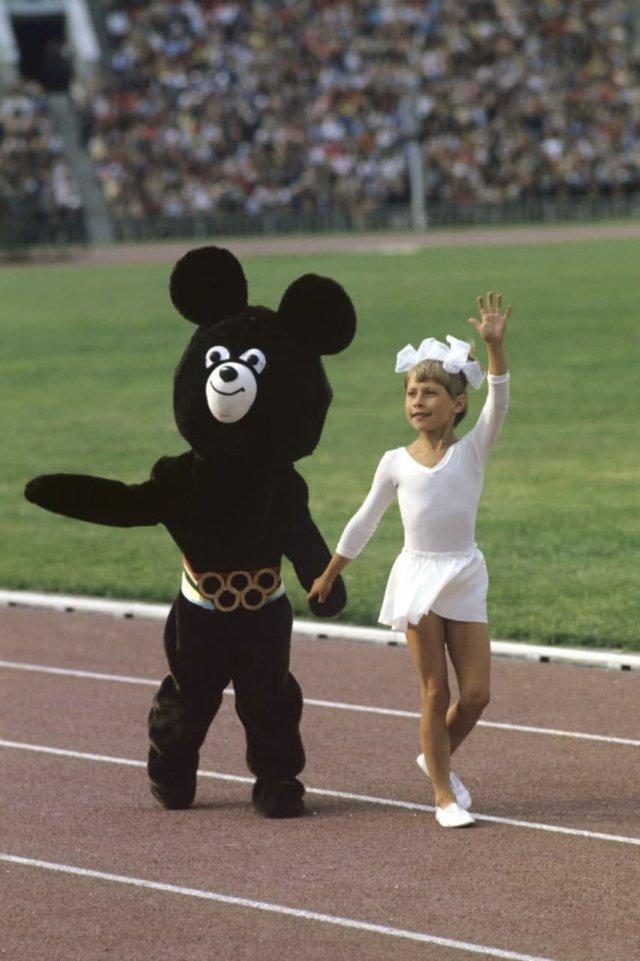 Девочка-гимнастка и Мишка — символ Олимпиады-80