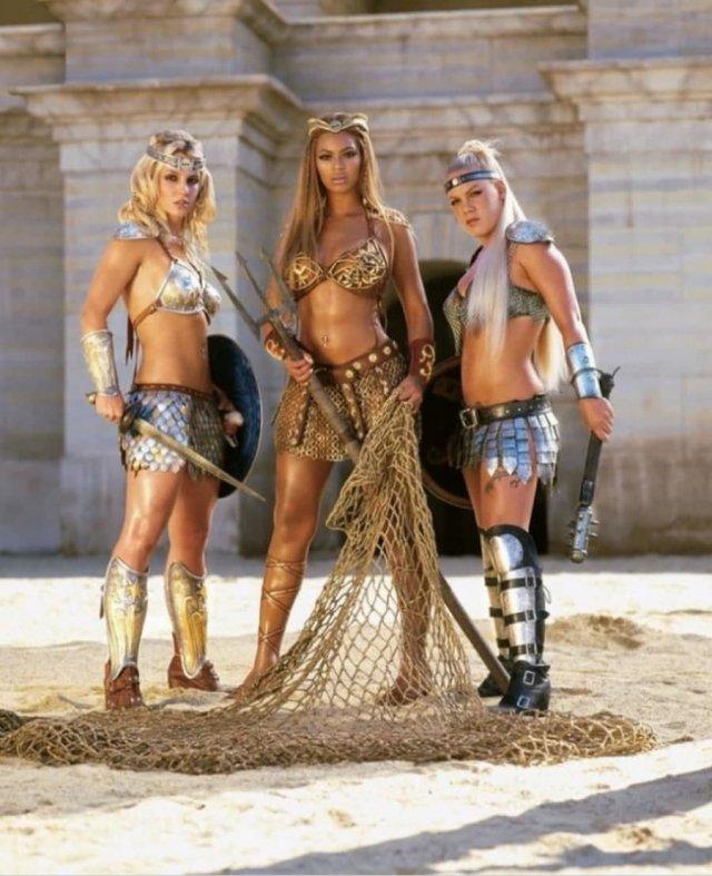 Бритни Спирс, Бейонсе и Пинк на арене в образе гладиаторов. Реклама Пепси, 2004 год