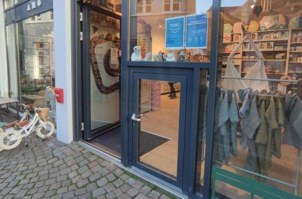 Маленькая дверь в детском магазине