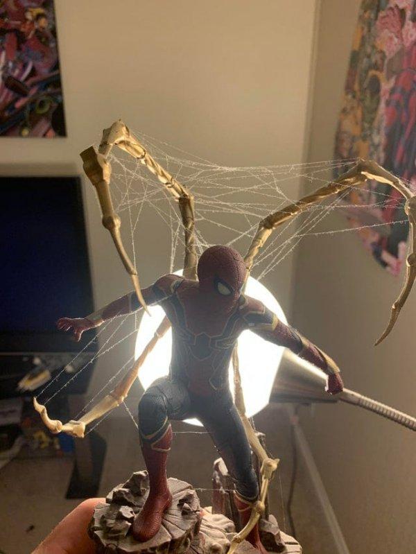 Паук сплёл паутину прямо на фигурке Человека-паука