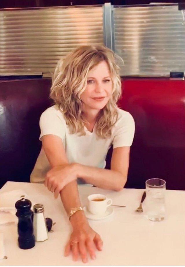 Мег Райан в кафе за столом