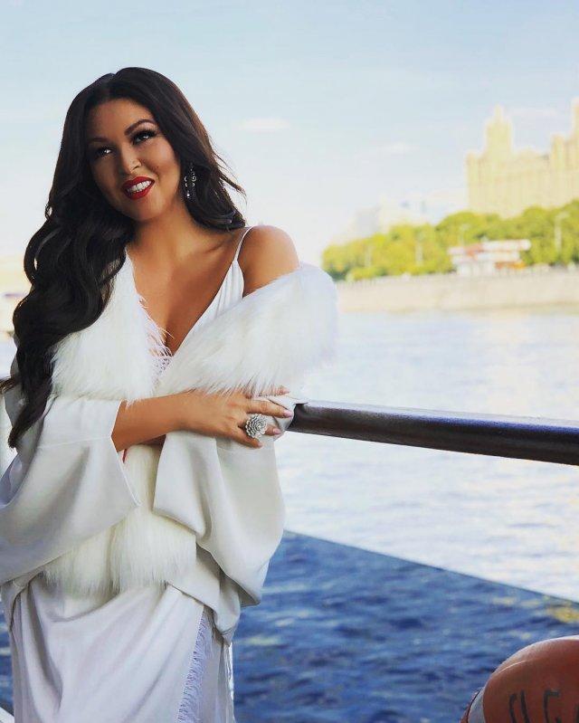 Ирина Дубцова в белом платье