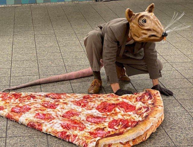 Актер Джонотон Лайонс изображает гигантскую крысу в метро Нью-Йорка