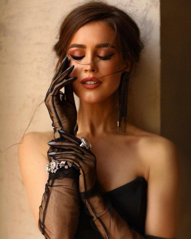 Анна Бузова в черном платье