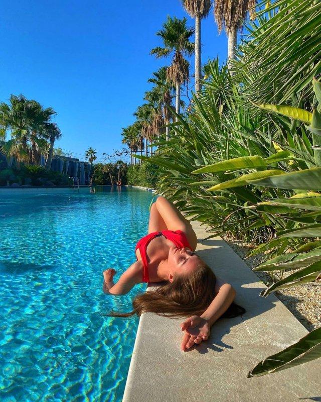 Анна Бузова в красном купальнике
