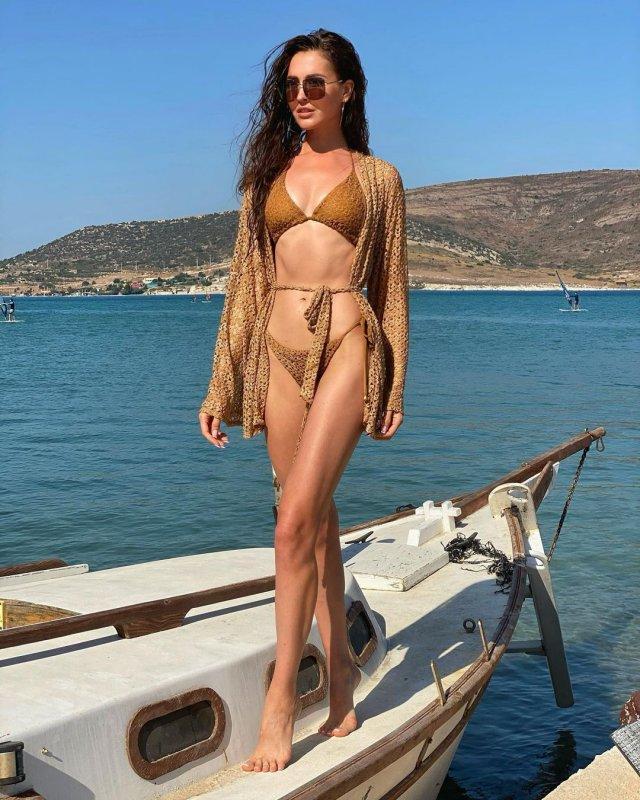 Анна Бузова в золотом купальнике