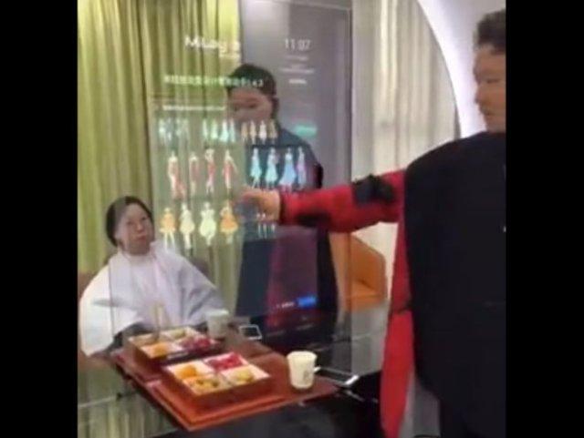 Интерактивное зеркало в китайской парикмахерской, которое поможет выбрать прическу