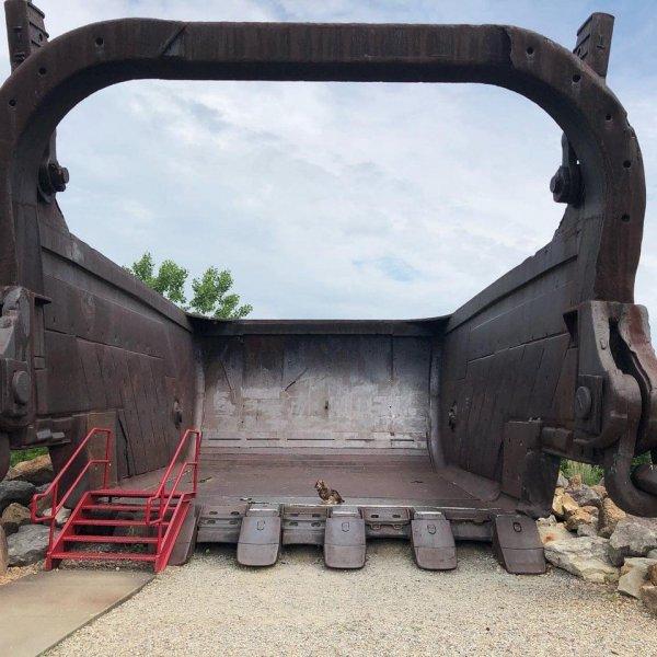 Огромный ковш экскаватора