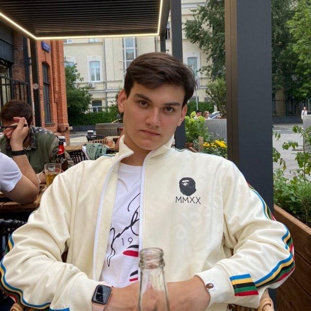 Александр Круг в белой кофте