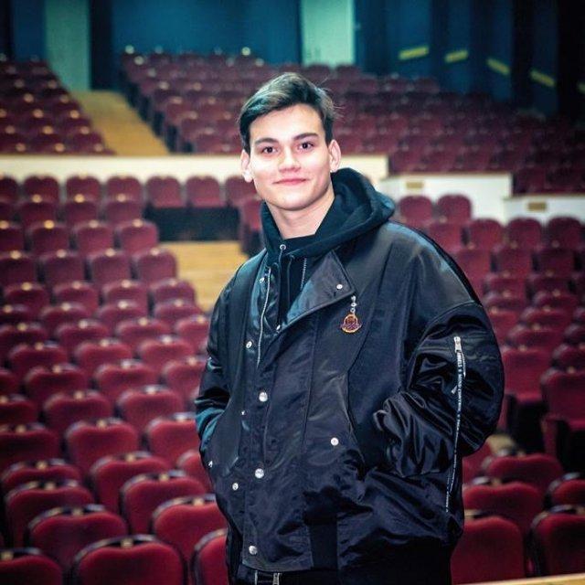 Александр Круг в черной куртке