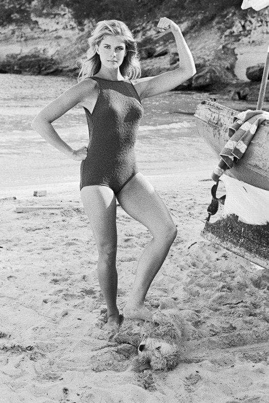 Кэндис Берген и ее собака позируют, 1968 г.