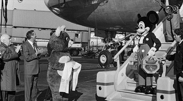 Микки Мауса встречают в аэропорту Шереметьево, 1988 год, Московская область
