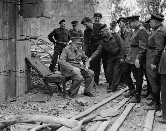 Уинстон Черчилль на стуле Гитлера, 16 июля 1945 года, Берлин