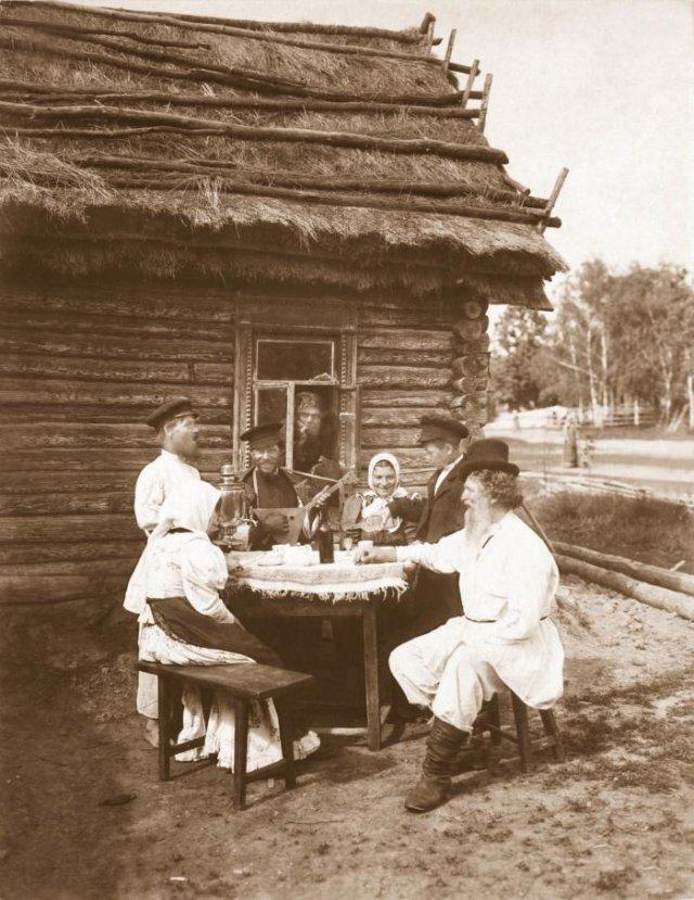 Группа крестьян за столом. Российская империя между 1907–1915 годами