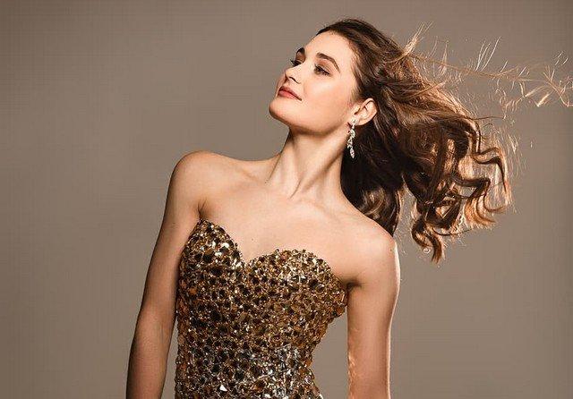 Фигуристка Анастасия Гулякова - в золотом платье