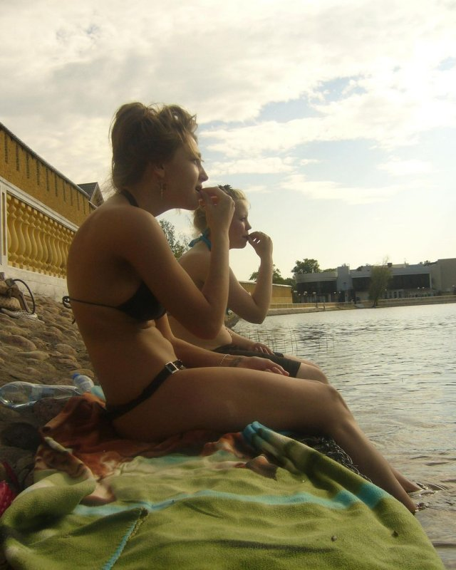 Настя Ивлеева на пляже в купальнике