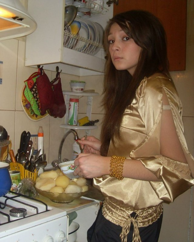 Настя Ивлеева в золотой кофте