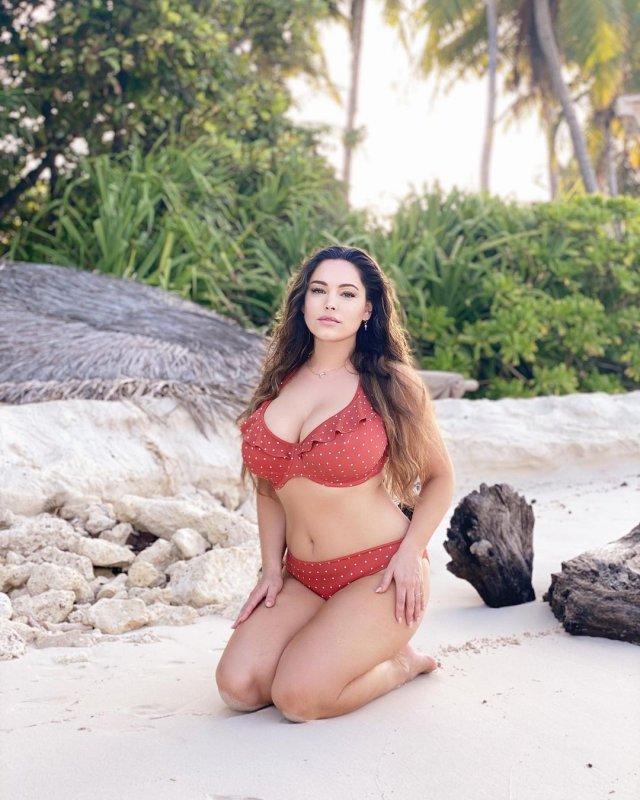 Келли Брук в красном купальнике