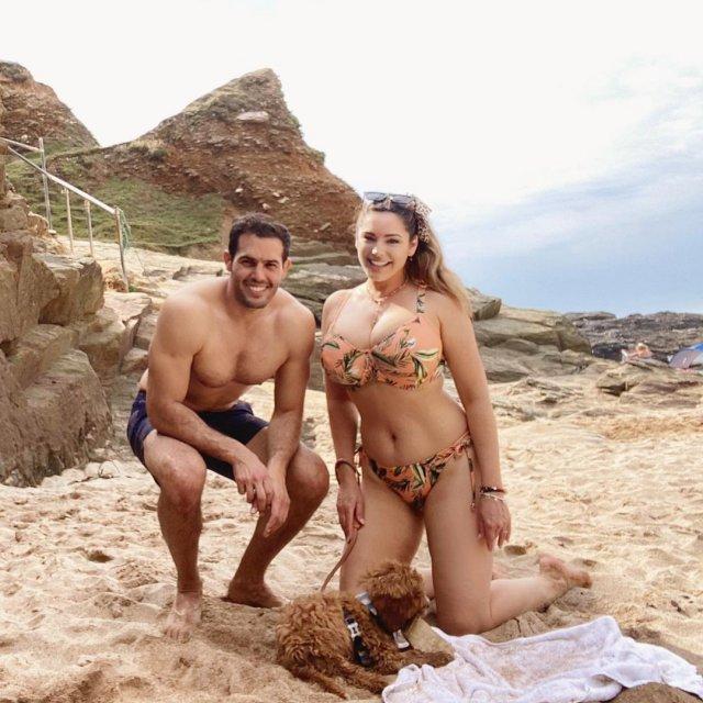 Келли Брук с мужем на пляже в купальнике