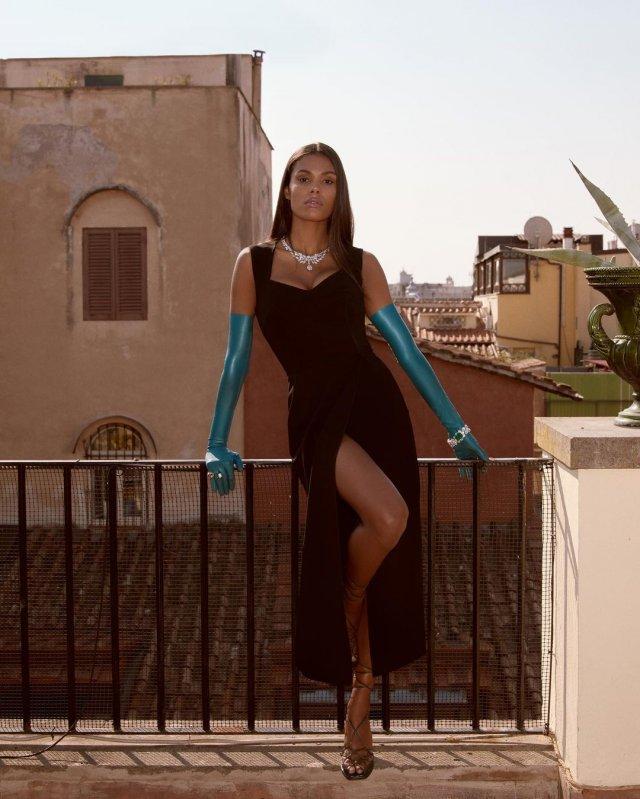 Тина Кунаки в черном платье