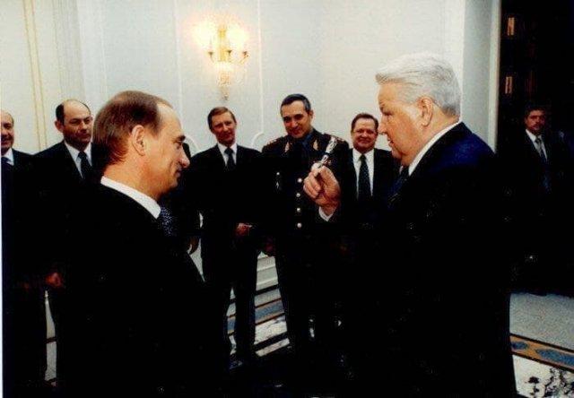 Ельцин дарит Путину ручку, которой был подписан его указ об отставке, 1999 год