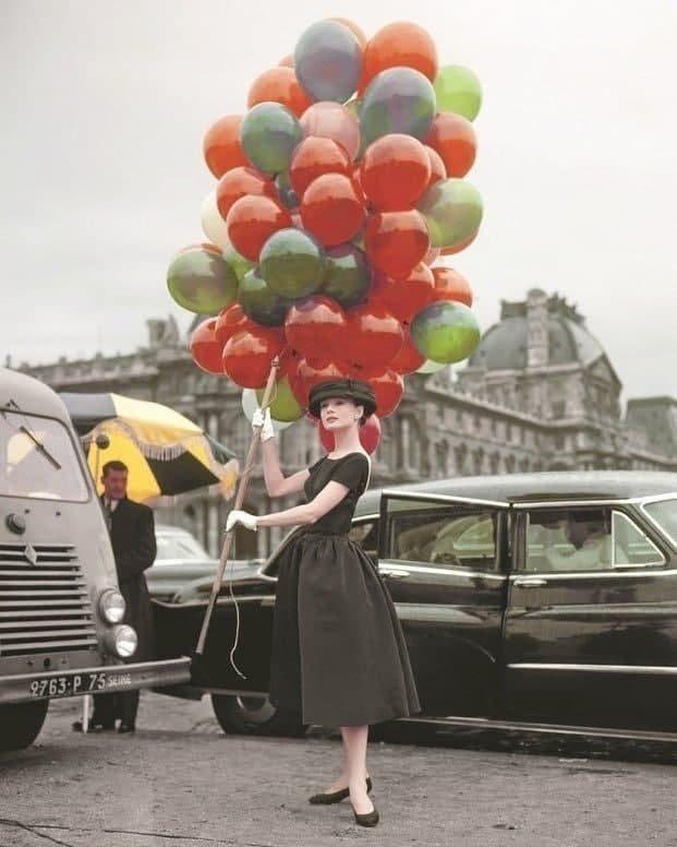 """Одри Хепбёрн на съёмках фильма """"Забавная мордашка"""" в Париже, 1957 год."""