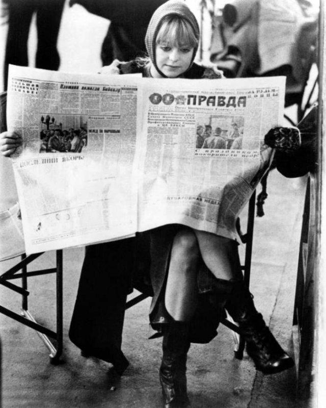 """Голди Хоун читает газету """"Правда"""", 1974 год, Вена"""