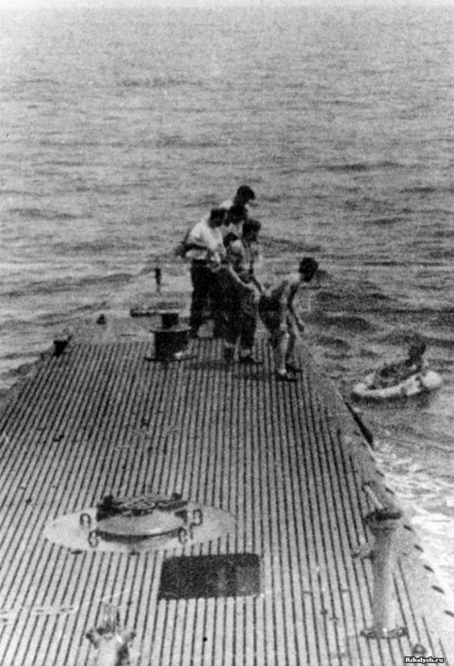 Американская подводная лодка спасает сбитого японцами своего летчика – будущего президента Джорджа Буша-старшего, 1944 год.