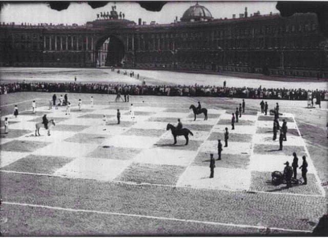 В этом необычном шахматном сражении сошлись два советских мастера: Пётр Романовский и Илья Рабинович. А состоялся он в 1924 году в Ленинграде.