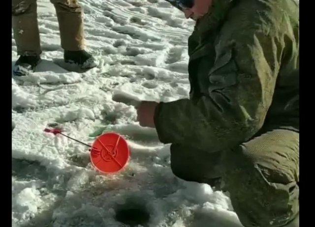 Успех на зимней рыбалке и неподдельная радость рыбака