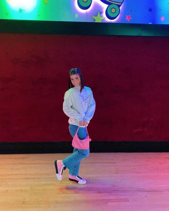 Чарли Д'амелио - королева TikTok в белой кофте и джинсах